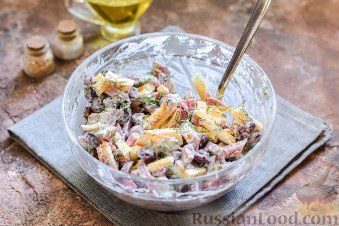 Фото приготовления рецепта: Салат с консервированной фасолью, колбасой, сыром и сухариками - шаг №10