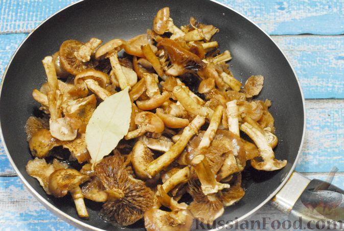 Фото приготовления рецепта: Жареная картошка с опятами - шаг №4