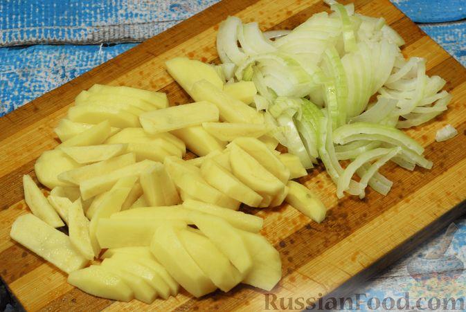 Фото приготовления рецепта: Жареная картошка с опятами - шаг №6