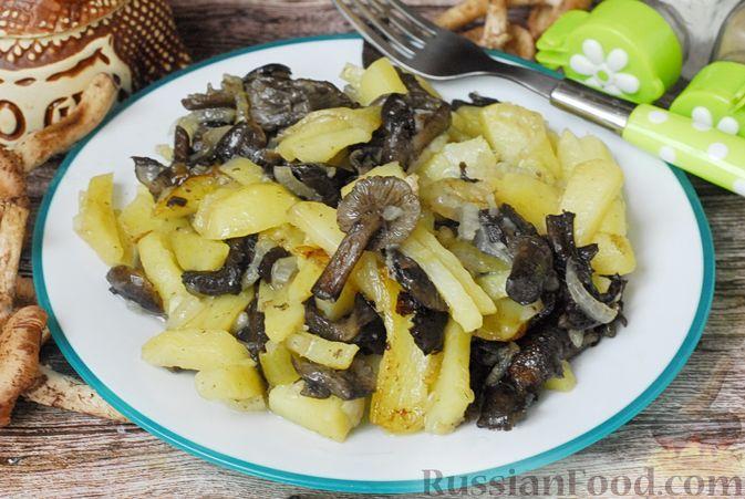 Фото приготовления рецепта: Жареная картошка с опятами - шаг №10