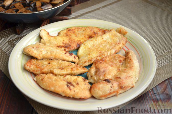 Фото приготовления рецепта: Жареное куриное филе с грибами в бальзамическом соусе - шаг №7