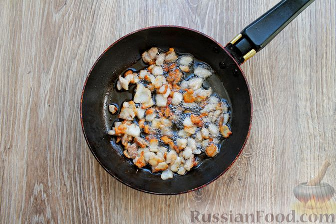 Фото приготовления рецепта: Запеканка из куриного филе с грибами и беконом, в сметанно-сырной заливке - шаг №6
