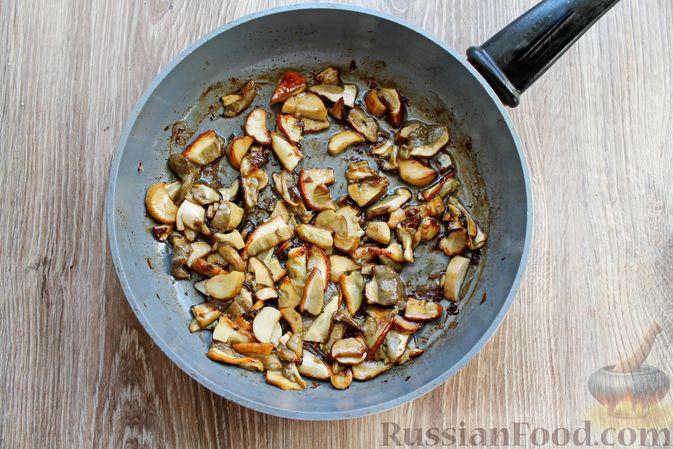 Фото приготовления рецепта: Запеканка из куриного филе с грибами и беконом, в сметанно-сырной заливке - шаг №3