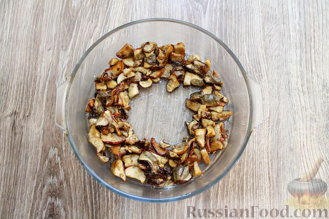 Фото приготовления рецепта: Запеканка из куриного филе с грибами и беконом, в сметанно-сырной заливке - шаг №4