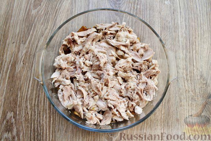 Фото приготовления рецепта: Запеканка из куриного филе с грибами и беконом, в сметанно-сырной заливке - шаг №5