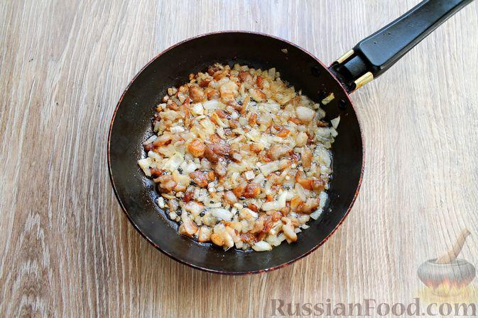 Фото приготовления рецепта: Запеканка из куриного филе с грибами и беконом, в сметанно-сырной заливке - шаг №7