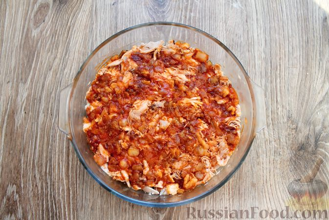 Фото приготовления рецепта: Запеканка из куриного филе с грибами и беконом, в сметанно-сырной заливке - шаг №9