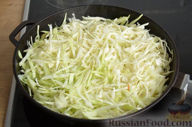 Фото приготовления рецепта: Капуста, тушенная с тыквой и грибами - шаг №6