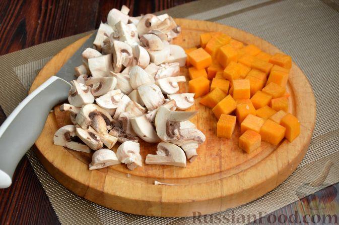 Фото приготовления рецепта: Капуста, тушенная с тыквой и грибами - шаг №7