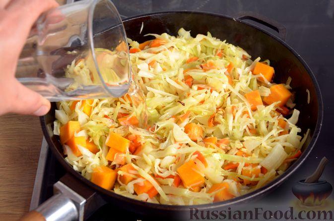 Фото приготовления рецепта: Капуста, тушенная с тыквой и грибами - шаг №9