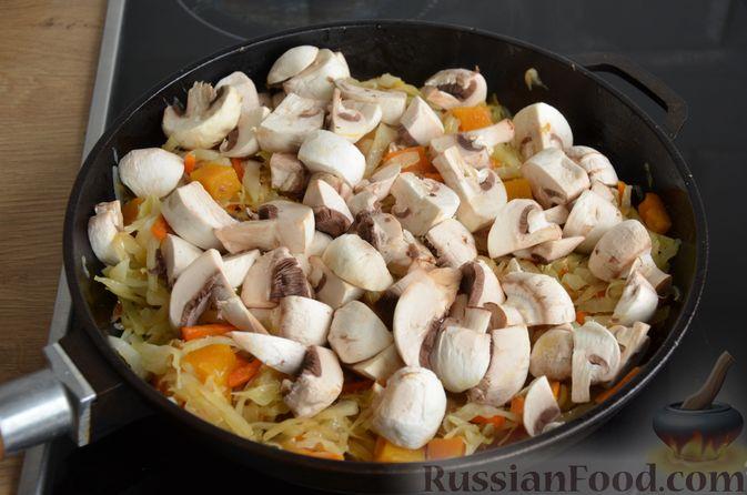 Фото приготовления рецепта: Капуста, тушенная с тыквой и грибами - шаг №10