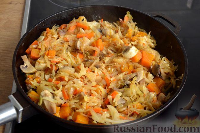 Фото приготовления рецепта: Капуста, тушенная с тыквой и грибами - шаг №11