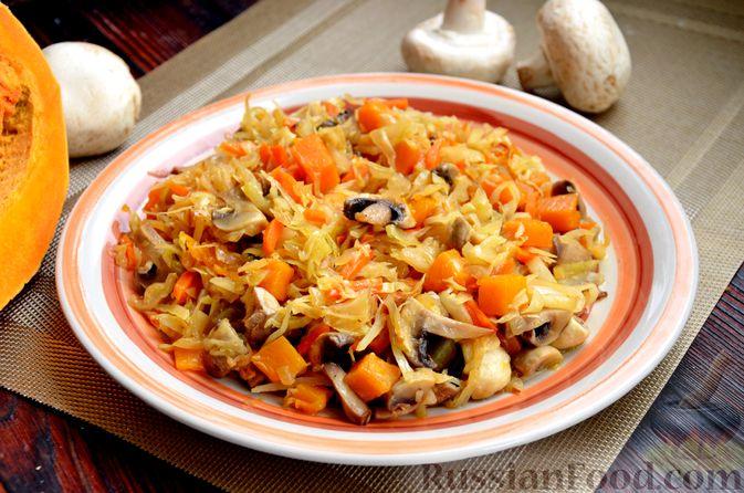 Фото приготовления рецепта: Капуста, тушенная с тыквой и грибами - шаг №13
