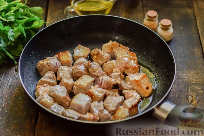 Фото приготовления рецепта: Суп с жареной свининой и помидорами - шаг №4