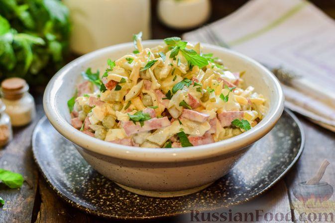 Фото к рецепту: Салат с колбасой, маринованными огурцами, сыром и консервированным зелёным горошком