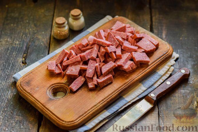 Фото приготовления рецепта: Салат с колбасой, маринованными огурцами, сыром и консервированным зелёным горошком - шаг №4