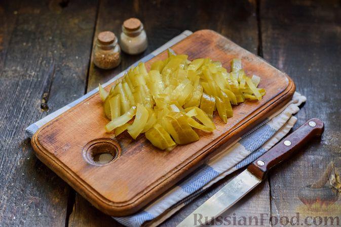 Фото приготовления рецепта: Салат с колбасой, маринованными огурцами, сыром и консервированным зелёным горошком - шаг №5