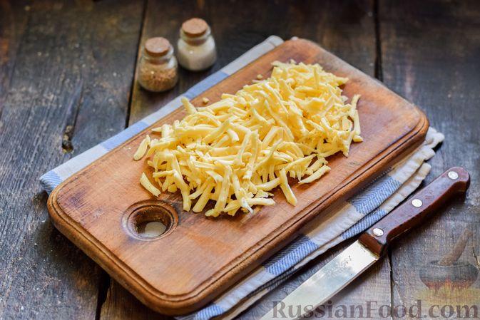 Фото приготовления рецепта: Салат с колбасой, маринованными огурцами, сыром и консервированным зелёным горошком - шаг №6