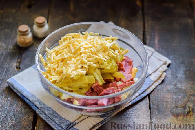 Фото приготовления рецепта: Салат с колбасой, маринованными огурцами, сыром и консервированным зелёным горошком - шаг №7