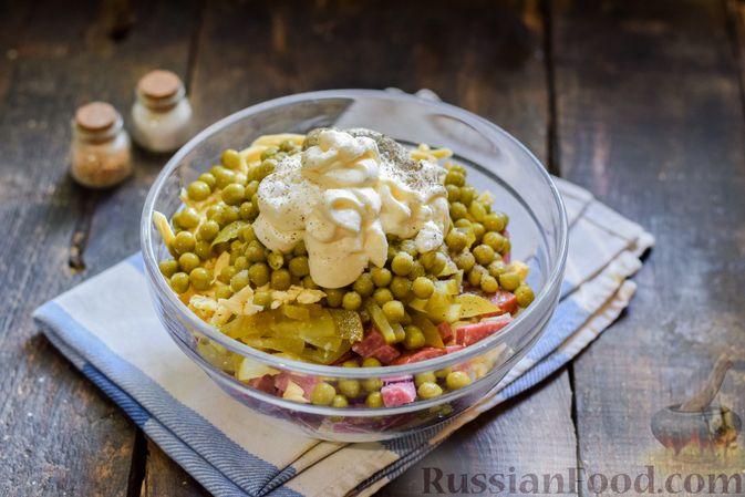 Фото приготовления рецепта: Салат с колбасой, маринованными огурцами, сыром и консервированным зелёным горошком - шаг №9