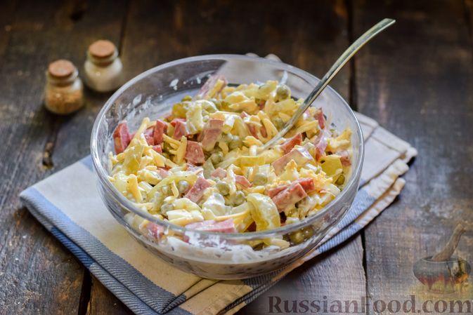 Фото приготовления рецепта: Салат с колбасой, маринованными огурцами, сыром и консервированным зелёным горошком - шаг №10