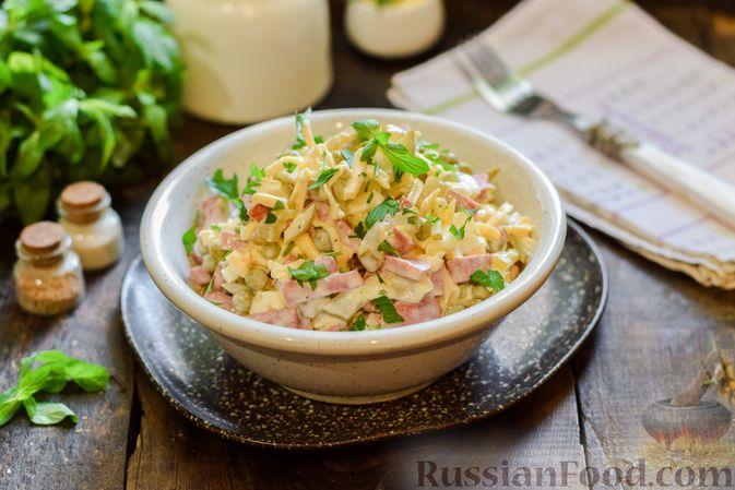Фото приготовления рецепта: Салат с колбасой, маринованными огурцами, сыром и консервированным зелёным горошком - шаг №11