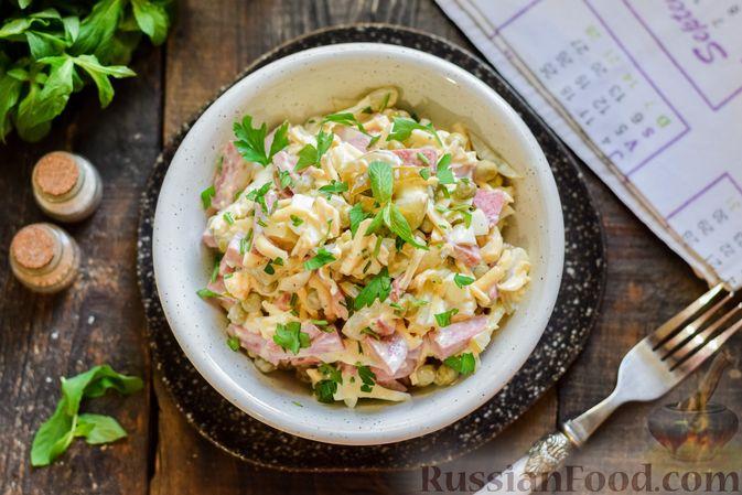 Фото приготовления рецепта: Салат с колбасой, маринованными огурцами, сыром и консервированным зелёным горошком - шаг №12