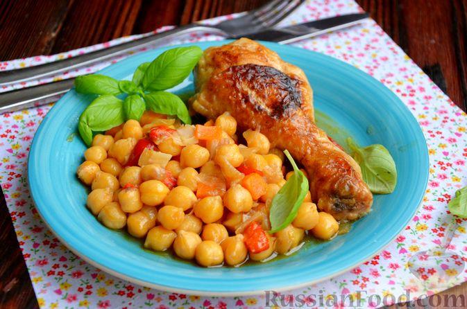 Фото к рецепту: Куриные голени, тушенные с нутом и овощами