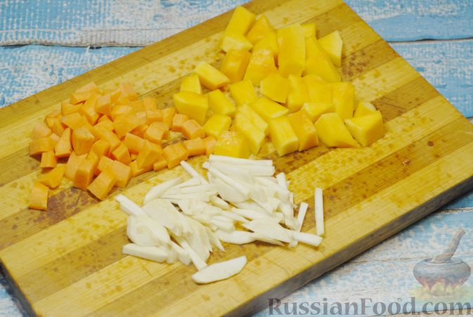 Фото приготовления рецепта: Овощной суп с цветной капустой, тыквой, зелёным горошком и грибами - шаг №3