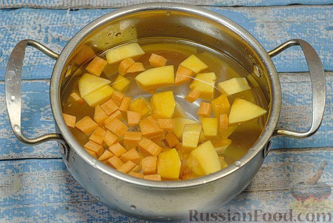 Фото приготовления рецепта: Овощной суп с цветной капустой, тыквой, зелёным горошком и грибами - шаг №4