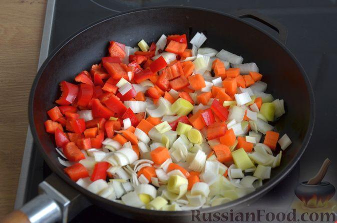 Фото приготовления рецепта: Куриные голени, тушенные с нутом и овощами - шаг №6