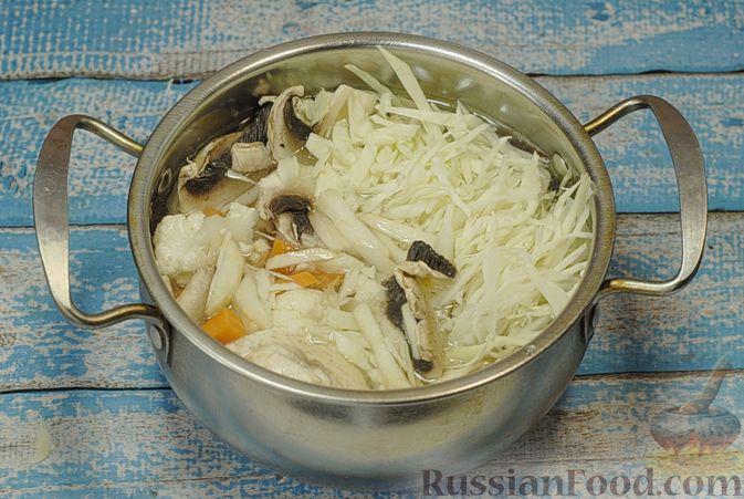 Фото приготовления рецепта: Овощной суп с цветной капустой, тыквой, зелёным горошком и грибами - шаг №6