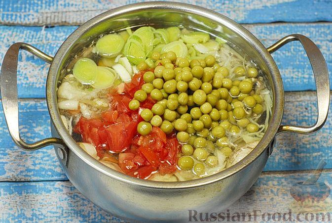 Фото приготовления рецепта: Овощной суп с цветной капустой, тыквой, зелёным горошком и грибами - шаг №8