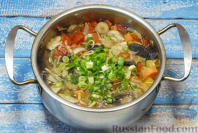 Фото приготовления рецепта: Овощной суп с цветной капустой, тыквой, зелёным горошком и грибами - шаг №9