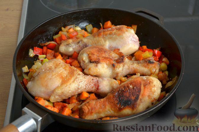 Фото приготовления рецепта: Куриные голени, тушенные с нутом и овощами - шаг №11