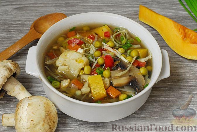 Фото приготовления рецепта: Овощной суп с цветной капустой, тыквой, зелёным горошком и грибами - шаг №10