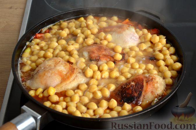 Фото приготовления рецепта: Куриные голени, тушенные с нутом и овощами - шаг №12