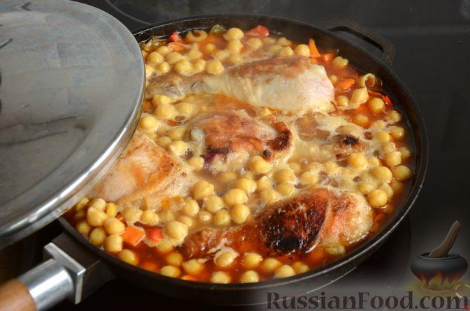 Фото приготовления рецепта: Куриные голени, тушенные с нутом и овощами - шаг №13