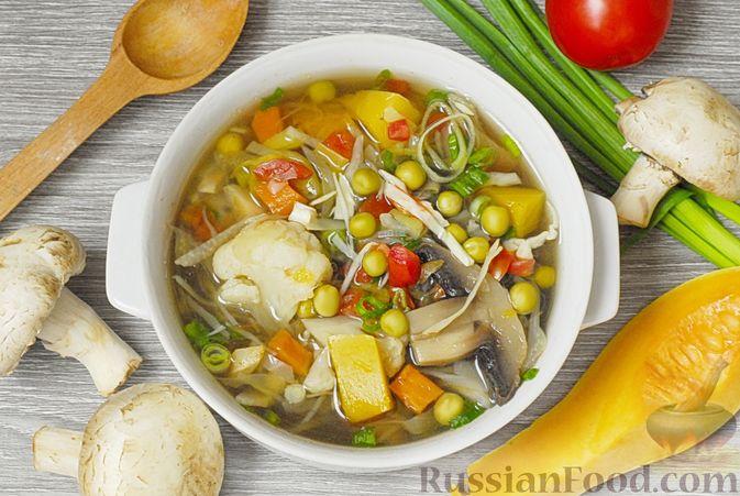 Фото к рецепту: Овощной суп с цветной капустой, тыквой, зелёным горошком и грибами