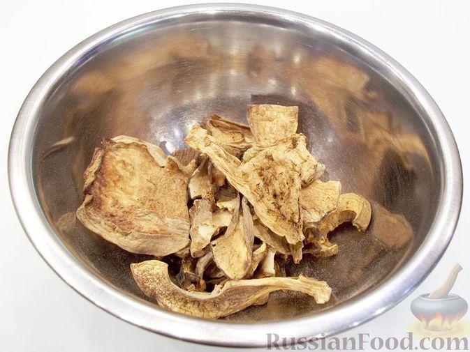 Фото приготовления рецепта: Суп с белыми сушеными грибами, стручковой фасолью, горошком и капустой - шаг №2