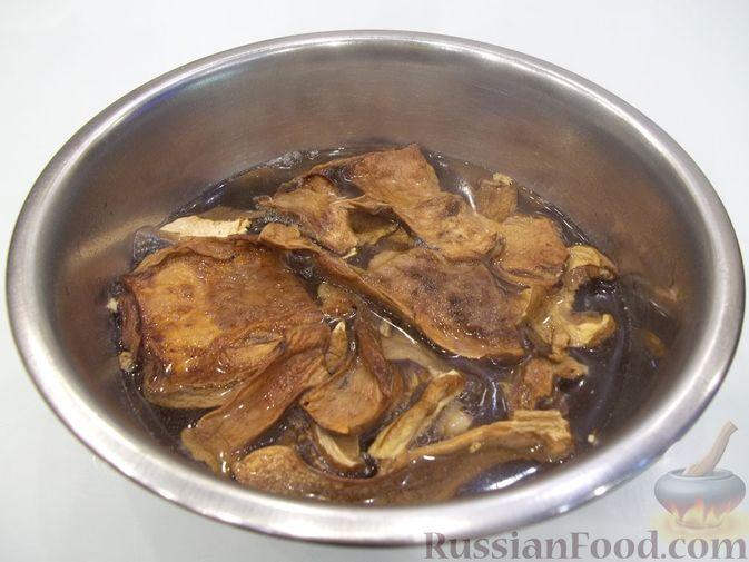 Фото приготовления рецепта: Суп с белыми сушеными грибами, стручковой фасолью, горошком и капустой - шаг №3