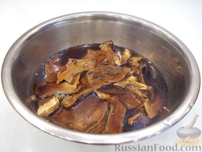 Фото приготовления рецепта: Суп с белыми сушеными грибами, стручковой фасолью, горошком и капустой - шаг №4