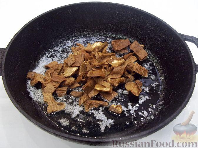 Фото приготовления рецепта: Суп с белыми сушеными грибами, стручковой фасолью, горошком и капустой - шаг №9