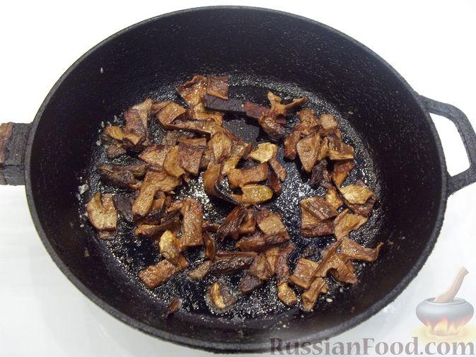 Фото приготовления рецепта: Суп с белыми сушеными грибами, стручковой фасолью, горошком и капустой - шаг №10