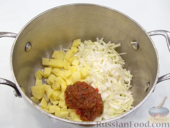 Фото приготовления рецепта: Суп с белыми сушеными грибами, стручковой фасолью, горошком и капустой - шаг №12