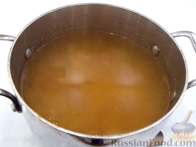 Фото приготовления рецепта: Суп с белыми сушеными грибами, стручковой фасолью, горошком и капустой - шаг №14