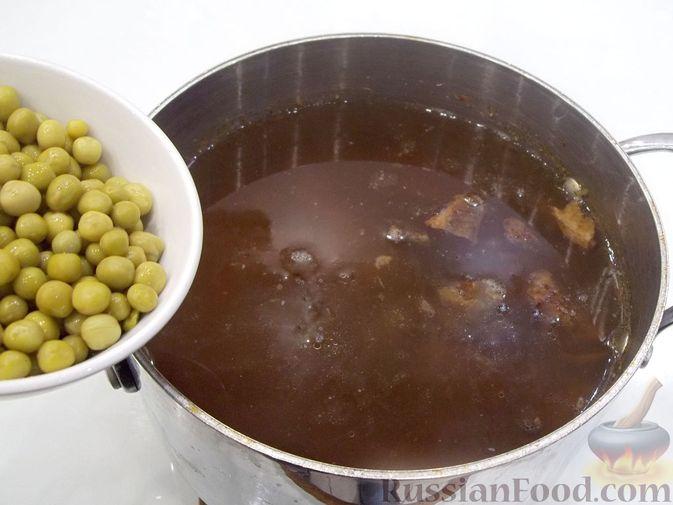 Фото приготовления рецепта: Суп с белыми сушеными грибами, стручковой фасолью, горошком и капустой - шаг №18