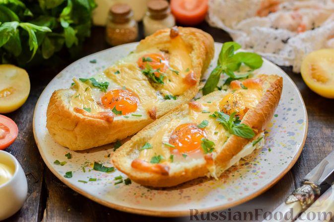 """Фото к рецепту: Яичница с сыром в """"лодочке"""""""