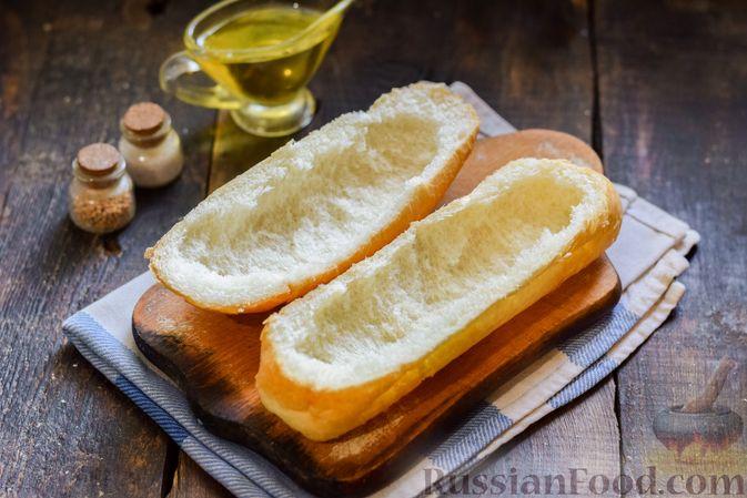 """Фото приготовления рецепта: Яичница с сыром в """"лодочке"""" - шаг №2"""