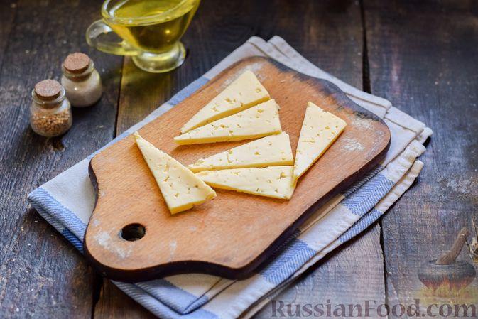 """Фото приготовления рецепта: Яичница с сыром в """"лодочке"""" - шаг №3"""
